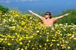 woman_inf_filed_of_yellow_flowers-r_200